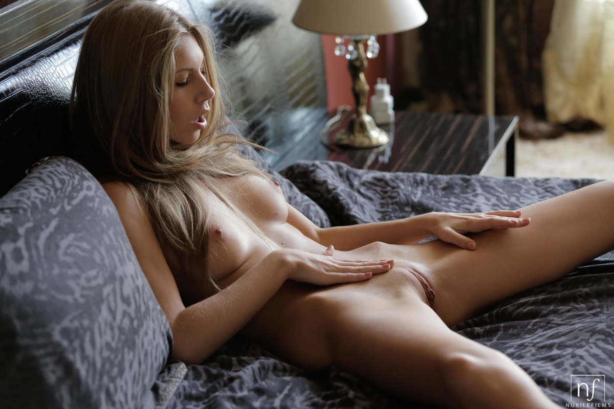 smoking hot naked woman